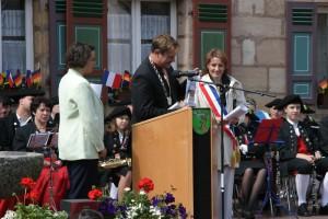 Bürgermeister Bernd Obst und Isabelle Briquet, rechts Elizabeth Eder